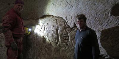 В Израиле спелеологи-любители заметили древние рисунки меноры и креста