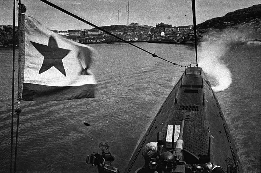 расстается с берегом лодка боевая моряки подводники в дальний путь идут