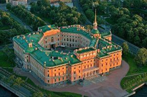 Михайловский замок стоит на набережной Мойки и Фонтанки
