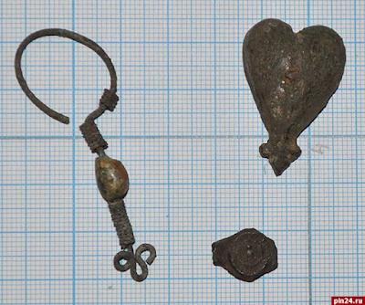Бронзовую серьгу с бусиной, серебряную поясную накладку и щиток перстня отыщи псковские археологи на Мстиславском раскопе