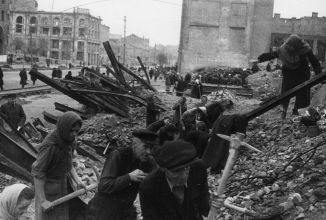 Коню, ботинки и бассейны: чем Германия расплачивалась с СССР за ущерб от войны