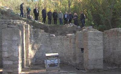 <p>В Крыму продолжаются раскопки древнего христианского святилища</p>