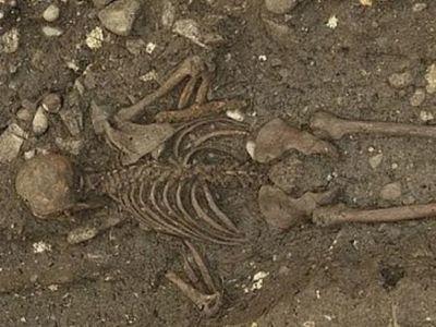 <p>В Швейцарии археологи заметили старинную могилу таинственного человека</p>