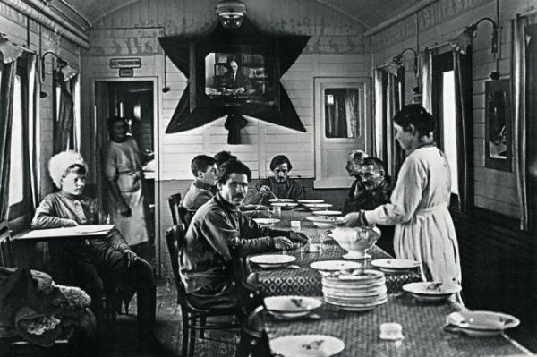 Чем накрывали обеденные столы в первые революционные годы