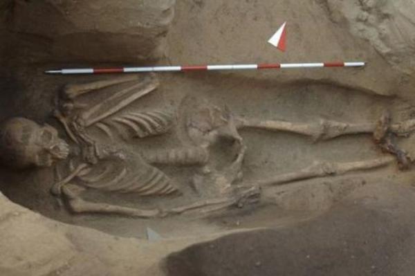 <p>В Италии отыщи могилу со скелетом в оковах</p>