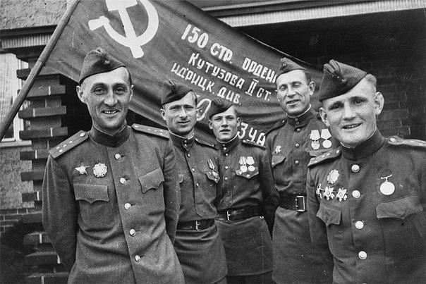 Участники штурма рейхстага (слева вправо) К.Я.Самсонов, М.В.Кантария