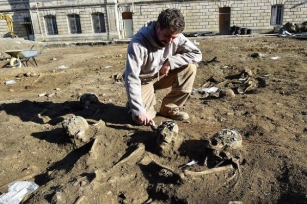 Во Франции под снесенным полицейским участком отыщи 300 скелетов