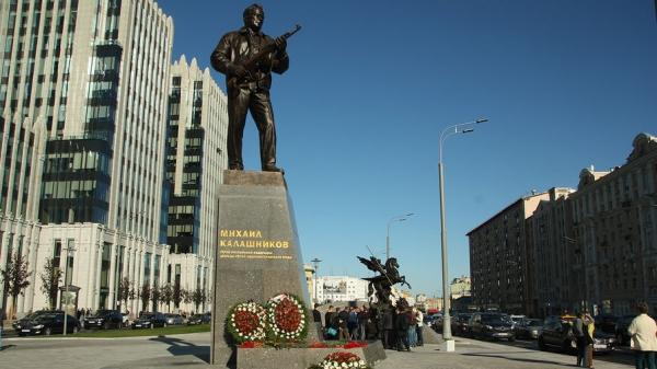 Монумент Калашникову: как на нем оказалось оружие Гитлера