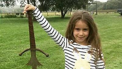 """В Британии девочка невзначай нашла """"меч короля Артура"""""""