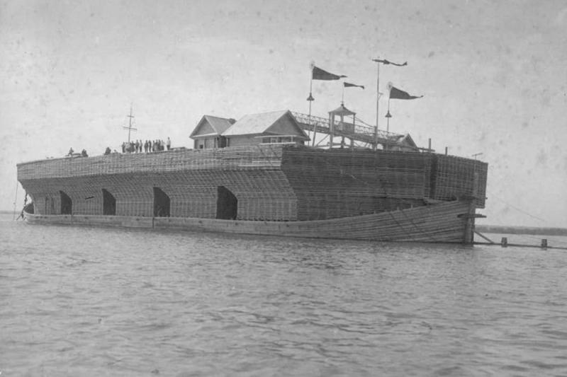 Контейнеровоз сбросили с мели. А как корабли-исполины ходили по русским рекам сто лет назад